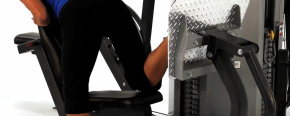 Избутване на машина за седалищен мускул (Glute kick back)